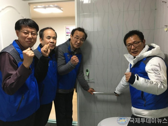 4. 송림6동 욕실미끄럼방지 안전장치.JPG