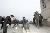 제5회 서해 수호의날 기념 참배행사에서 장정민 옹진군수 헌화 및 묵념