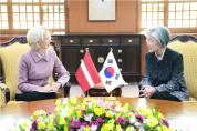 강경화 외교장관, 무르니에쩨 라트비아 국회의장 면담
